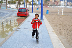 滑行车的男孩 免版税图库摄影
