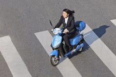 滑行车的通勤者,街市的北京 库存照片