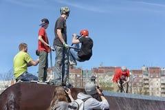 滑行车轻碰的男孩在天空中 免版税库存图片