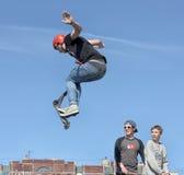 滑行车轻碰的男孩在天空中 库存图片