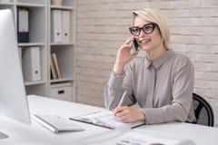 行销经理谈话由电话 免版税库存图片
