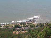 街口令人敬畏的看法在海海滩的从小山的上面 免版税库存图片