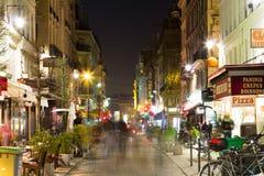 巴黎街在晚上 免版税库存图片
