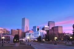 街市丹佛桃红色云彩在黎明 免版税库存照片