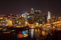 街市匹兹堡在晚上 免版税图库摄影
