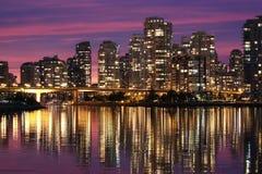 街市反映温哥华水 免版税库存图片