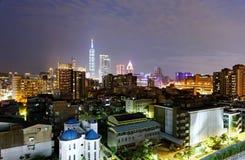 街市台北夜地平线,台湾充满活力的首都,有地标台北101塔身分的 免版税库存照片