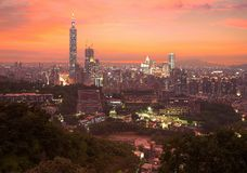 街市台北市空中全景有台北101塔的在摩天大楼中在剧烈的天空下 免版税库存照片