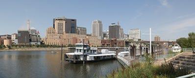 街市圣保罗和密西西比河 免版税图库摄影