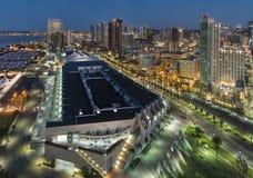 街市圣地亚哥地平线发光在黎明 库存图片