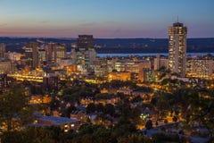 街市地平线在晚上在哈密尔顿,安大略 免版税库存图片