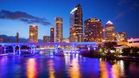 街市坦帕,佛罗里达市地平线在晚上-都市风景商标 库存图片