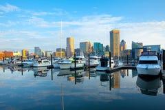 街市城市地平线、内在港口和小游艇船坞在巴尔的摩 免版税库存图片
