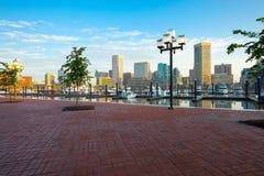 街市城市地平线、内在港口和小游艇船坞在巴尔的摩 库存照片