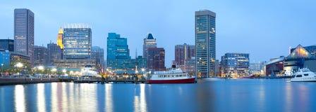 街市城市地平线和内在港口在巴尔的摩 免版税图库摄影