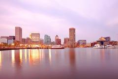 街市城市地平线和内在港口在巴尔的摩 免版税库存图片