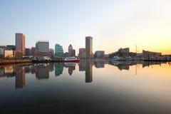 街市城市地平线和内在港口在黎明在巴尔的摩 免版税库存图片
