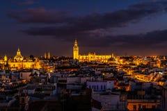 街市塞维利亚和大教堂在晚上 库存照片