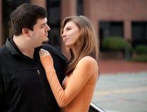 街市外面年轻夫妇 免版税库存图片