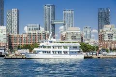 街市多伦多江边美丽的景色有现代好的大厦建筑学的在安大略湖附近 库存照片