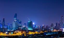 街市夜场面的城市在曼谷泰国 免版税库存照片