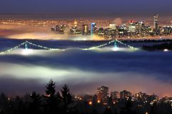 街市夜间雾温哥华 免版税库存图片