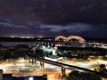 街市孟菲斯,孟菲斯桥梁在晚上 免版税库存照片