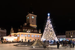 街市布拉索夫市在与圣诞树的晚上 免版税库存图片