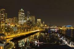 街市晚上西雅图地平线江边 免版税图库摄影