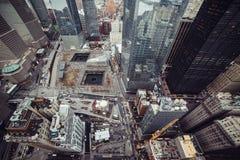 街市曼哈顿视图的纽约摩天大楼从上面到城市街道和9/11纪念公园 免版税库存照片