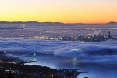 街市有雾的日出温哥华 库存照片