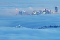 街市有雾的晚上温哥华 免版税库存照片