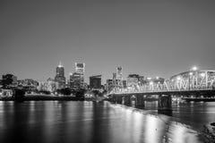街市波特兰俄勒冈地平线在晚上 库存照片