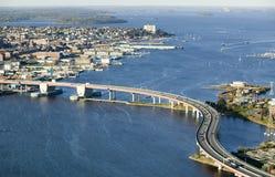 街市波特兰天线,缅因显示缅因医疗中心的,商业街、旧港口、后面海湾和Casco海湾跨接fr 免版税库存图片