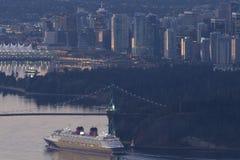 街市温哥华都市风景视图和狮子给桥梁装门与 免版税库存图片
