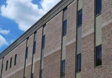 街市灰色砖瓦房窗口办公室门面的透视 免版税库存图片