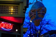 街市特洛伊NY在与商店、酒吧、美术馆和餐馆的多雨夜 图库摄影