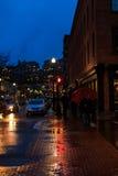 街市特洛伊NY在与商店、酒吧、美术馆和餐馆的多雨夜 免版税图库摄影