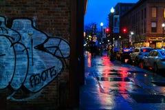 街市特洛伊NY在与商店、酒吧、美术馆和餐馆的多雨夜 库存照片