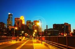 街市米尼亚波尼斯,夜间的明尼苏达 免版税库存图片