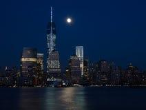 街市纽约地平线在与月亮的晚上 免版税库存照片