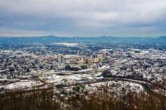 街市罗阿诺克冬天视图有山的在背景中 免版税库存图片