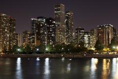 街市芝加哥在晚上 库存照片