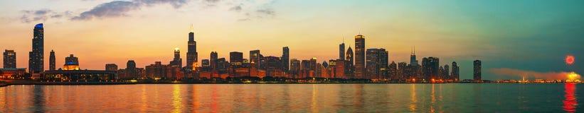 街市芝加哥,日落的IL 免版税库存照片