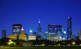 街市芝加哥, IL在夜间 免版税库存照片