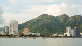 街市芽庄市的看法,芽庄市是位于越南的中南部的海岸和资本的沿海城市 免版税图库摄影