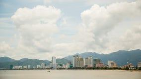 街市芽庄市的看法,芽庄市是位于越南的中南部的海岸和资本的沿海城市 免版税库存图片
