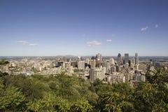 街市蒙特利尔的看法从皇家山眺望楼的 库存图片