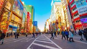 街市街道的timelapse在电镇的秋叶原东京白天宽被射击的摇摄的 影视素材