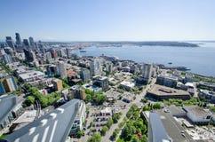 街市西雅图和埃利奥特海湾看法从空间针的 免版税库存照片